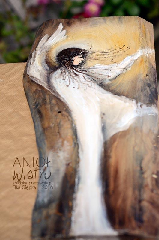 Anioł Wiatru - malowany na drewnie