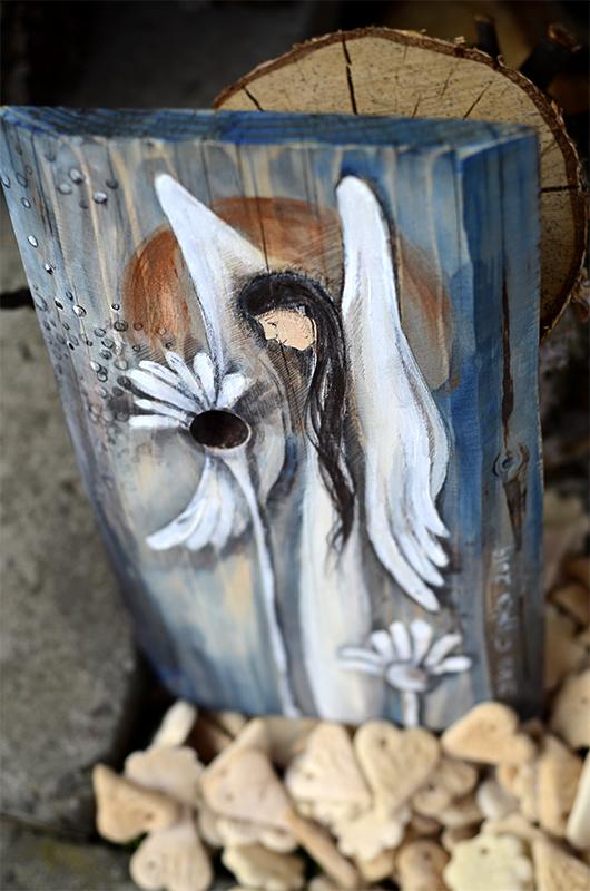 Anioł Dobrego Słowa namlowany na naturalnym drewnie z wykorzystaniem jego formy oraz rysunku słojów i układu sęków  Angel painted on wood