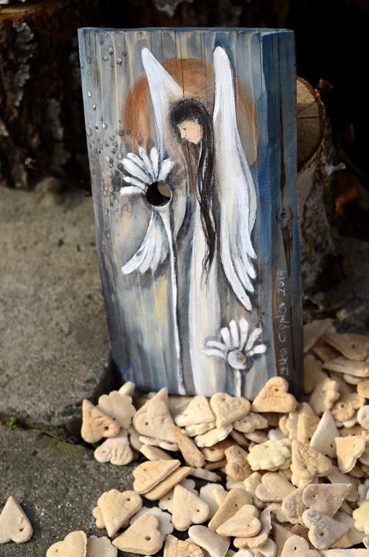   Angel painted on woodAnioł Dobrego Słowa namlowany na naturalnym drewnie z wykorzystaniem jego formy oraz rysunku słojów i układu sęków