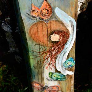Anioł Lekkości Motyla   rozsiewający pogodę i optymizm   malowany na drewnie   stanowi wyjatkowe podziękowanie dla Rodziców na ślubie