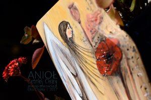Anioł Letniej Ciszy przeznaczony jestdla osób kochających przyrodę, letnie powiewy łanów zbóż i ciszę natury