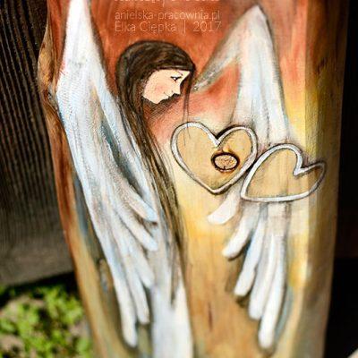 Anioł Jednoczący Dwa Serca może symbolicznie połączyć 2 serca narzeczonych, małżonków lub osób odległych od siebie do tej pory