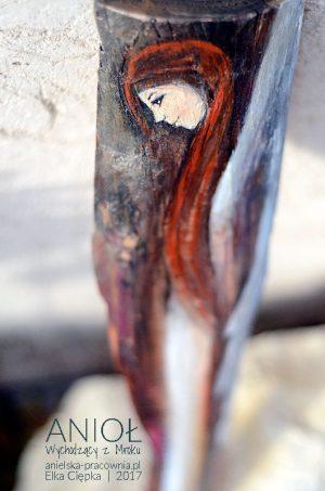 Anioł Wychodzący z Mroku pomaga w walce z przeciwnościami losu. Jest podziękowaniem za wskazanie właściwej ścieżki życia.